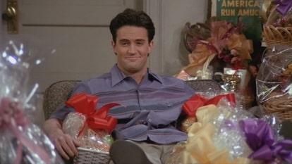 Чендлер среди подарков от любовницы Джо